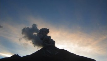 Volcán Popocatépetl lanza fumarola de dos kilómetros