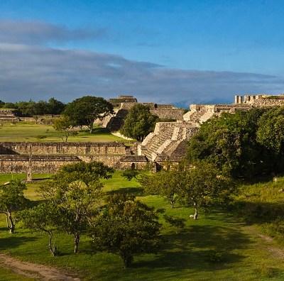 Miles de turistas visitan zona arqueológica de Monte Albán en Oaxaca