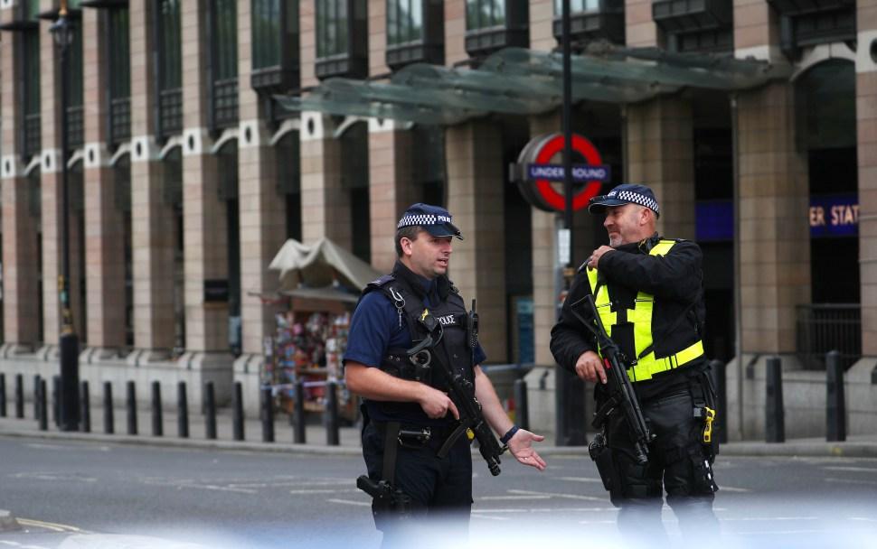 Vehículo choca contra vallas del Parlamento Británico