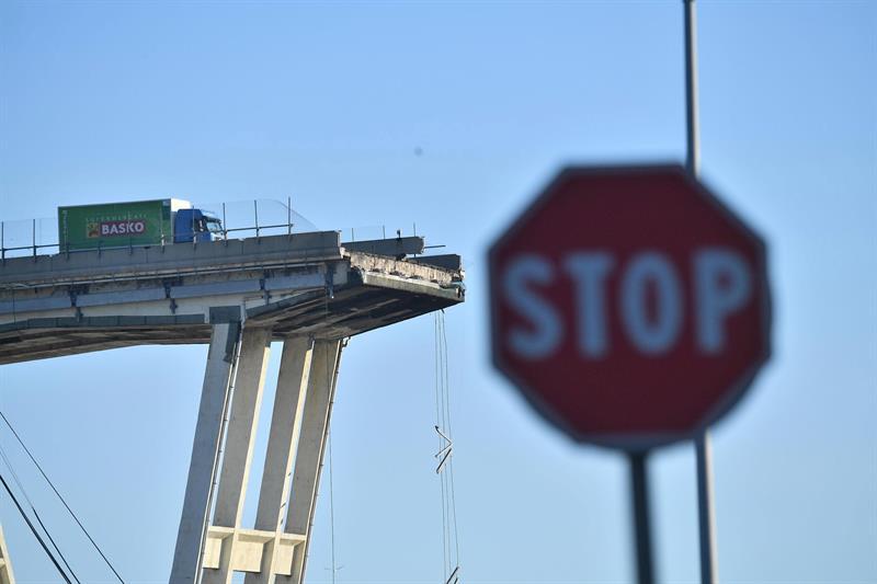 Suman 38 muertos por derrumbe de puente en Génova