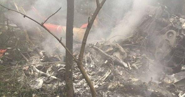 Mueren 20 personas al estrellarse avión militar que hacía vuelos panorámicos