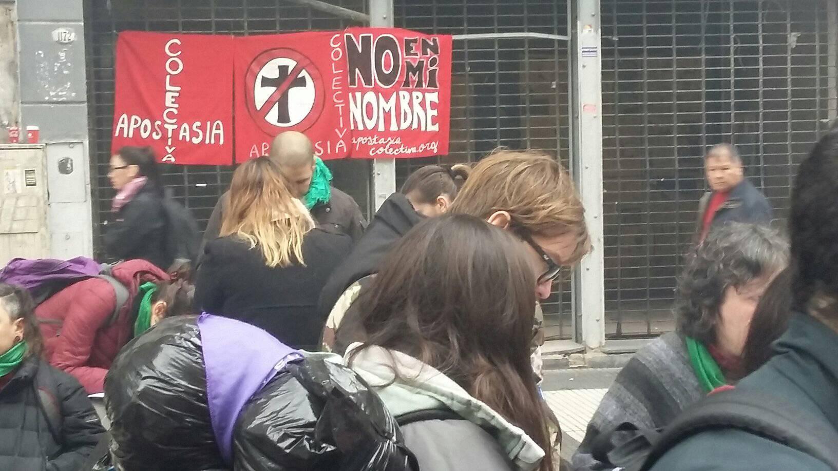 Miles de argentinos hacen fila para renunciar a la Iglesia Católica