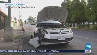 Automovilista evita bache y choca contra poste en avenida Sinatel, CDMX