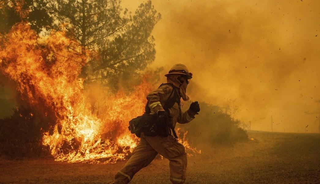 California combate incendios forestales; suman ocho muertos