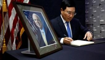 Vietnam rinde homenaje póstumo a John McCain