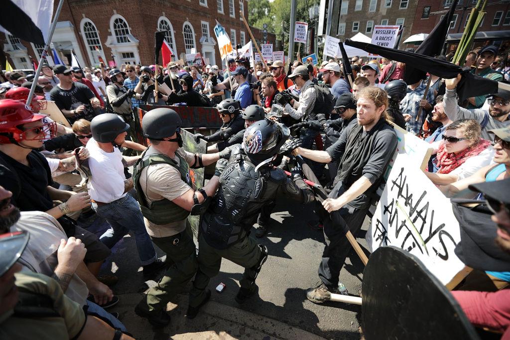 Marchan en Charlottesville contra supremacía blanca