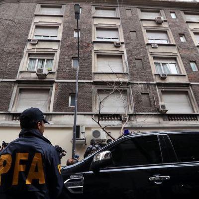 Policía llega al apartamento de Cristina Fernández de Kirchner para registro judicial