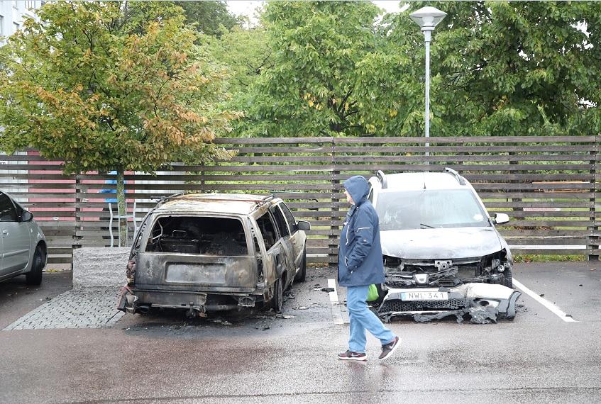 Detienen en Suecia a dos jóvenes por quemar 100 automóviles