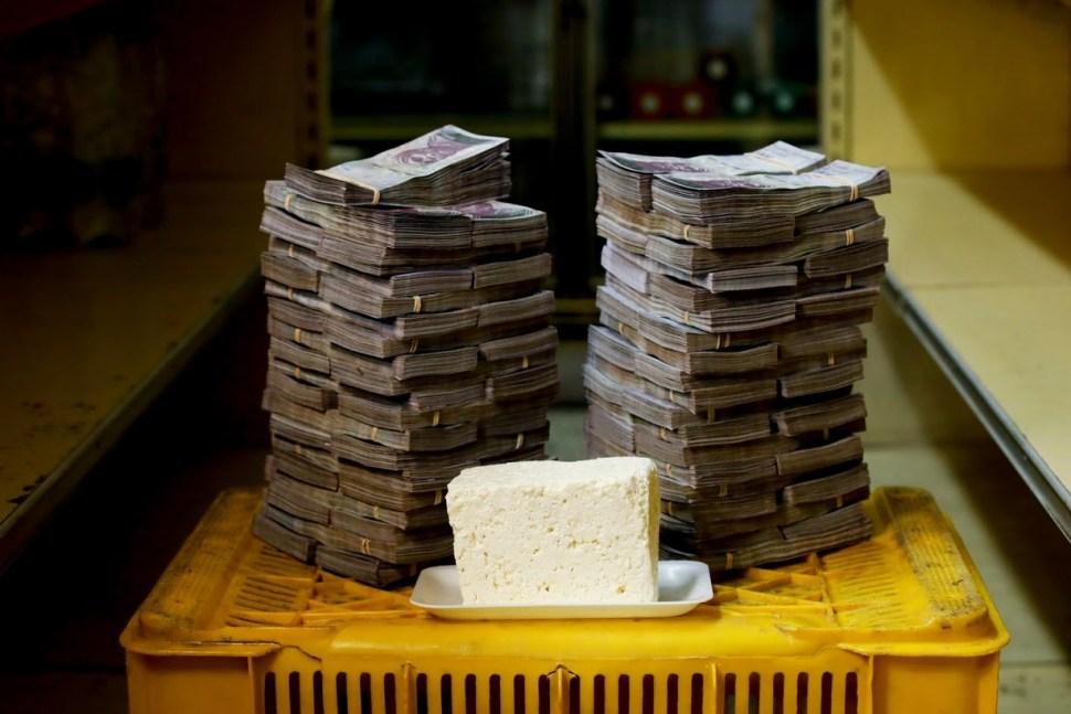 Un kilogramo de queso, que cuesta un equivalente de 1.14 dólares estadounidenses, requiere 7,500 billetes de mil bolívares