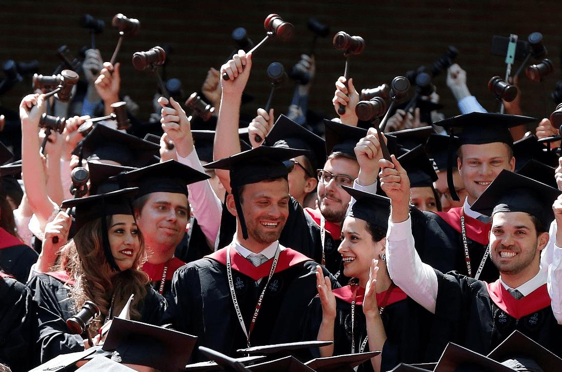 Gobierno de EU pide llevar a juicio a Harvard por discriminación positiva