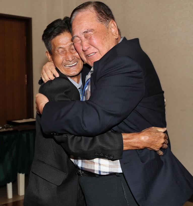 Familias de las dos Coreas se reúnen 65 años después