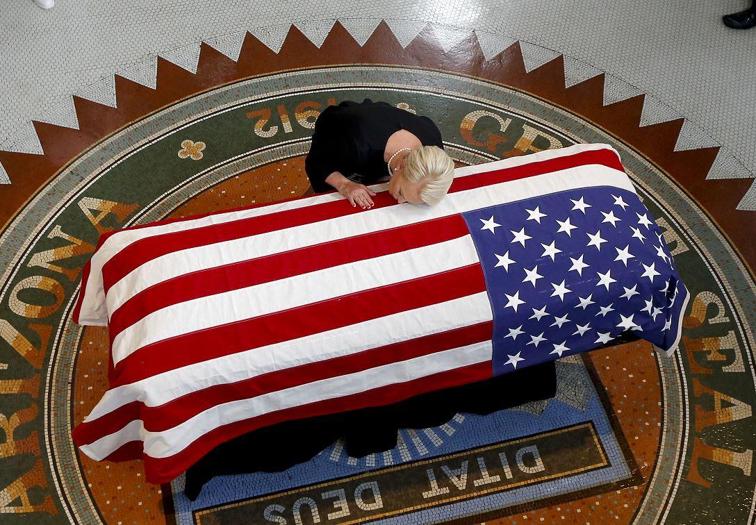 Trump va a su club de golf mientras realizan funeral de McCain