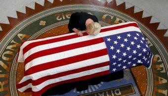 Restos de McCain son honrados en el Capitolio de Arizona