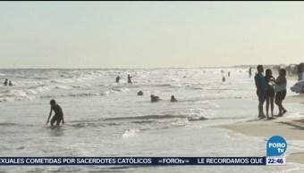 Habitantes y turistas mitigan el calor en las playas en Sonora