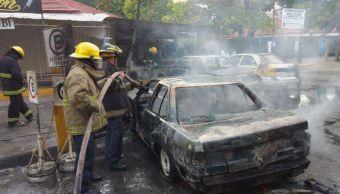 Incendio consume cinco vehículos en centro de Acapulco