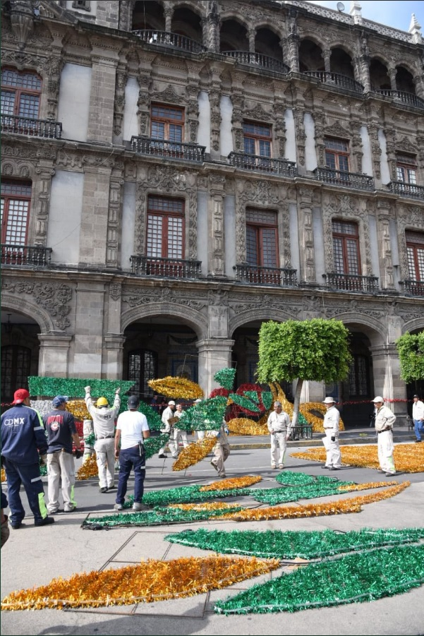 Independencia de México representada en mosaicos en el Zócalo CDMX