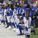 Jugadores NFL se arrodillan en himno