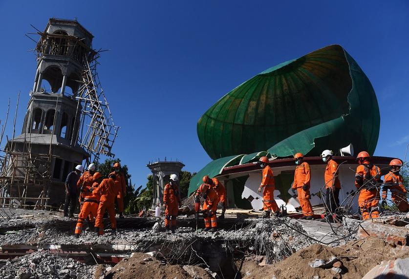 Nuevo balance aumenta a 164 los muertos en sismo de Indonesia