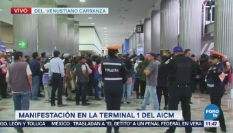 Manifestantes protestan dentro del AICM
