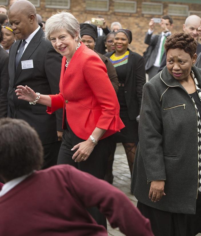 May baila con alumnos de una escuela en Sudáfrica