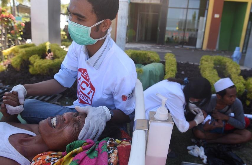 Aumenta a 347 el balance de muertos por el sismo en Indonesia