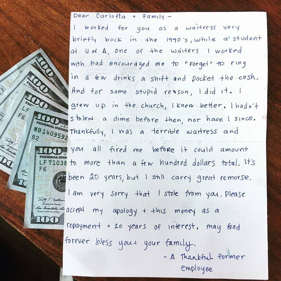 Mesera robó dinero y 20 años después lo devuelve con emotiva carta