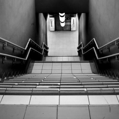 Video: Mujer evita violación en el metro con gas pimienta