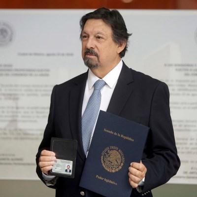 Napoleón Gómez Urrutia se acredita como senador de Morena