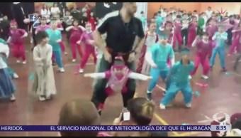 Niña con malformación congénita baila con arnés en festivales escolares