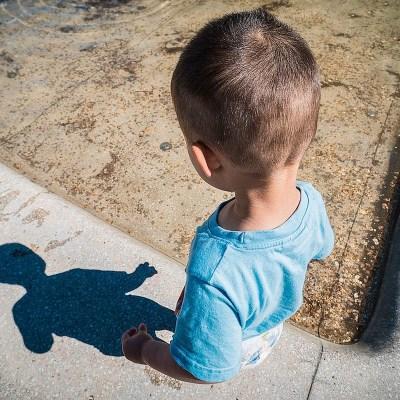 Niño de 7 años dejó su casa mientras su madre dormía