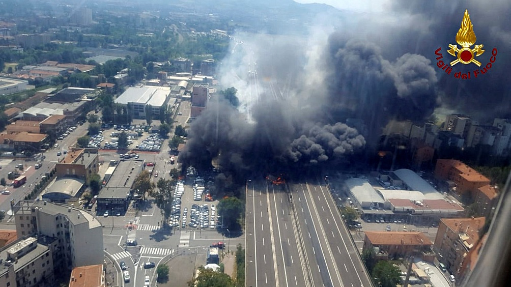 El enorme cráter que dejó la explosión cerca del aeropuerto de Bolonia
