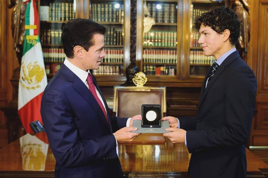 Peña Nieto entrega Medalla Bellas Artes a Isaac Hernández
