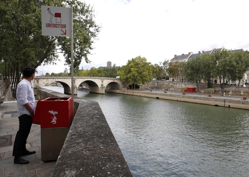 Molestan a franceses urinarios públicos en calles