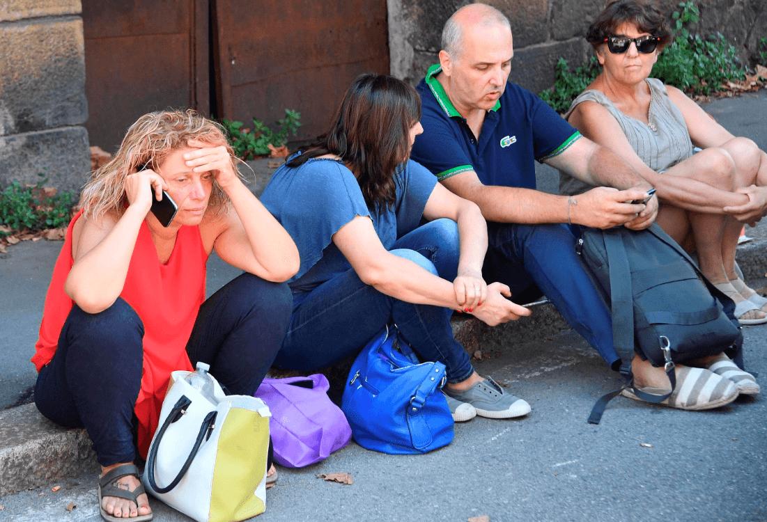 Personas evacuadas tras derrumbe en Génova. (AP)