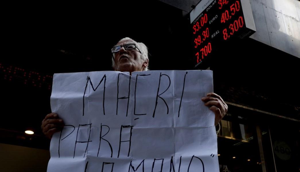 Peso argentino se derrumba, pese a financiamiento de FMI