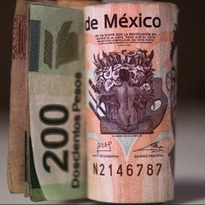 Peso mexicano pierde 1.2 por ciento, dólar cotiza en 18.68