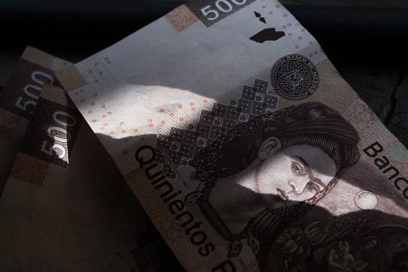 Peso mexicano se deprecia, cotiza a 18.65 por dólar