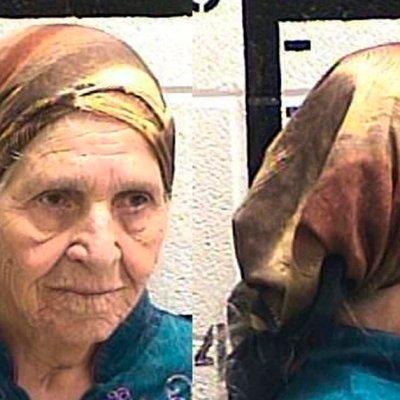 Policía dispara pistola eléctrica a una anciana que cortaba flores