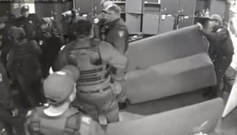Atípico, comportamiento de policías acusados de sembrar droga en bar de CDMX