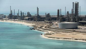 Precios del petróleo suben, cae producción de Arabia Saudita