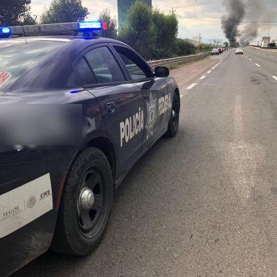 Policías y huachicoleros se enfrentan en Puebla; cierran autopista