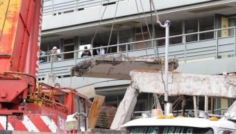 Desentierran vehículo en la demolición del colegio Rébsamen