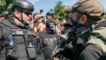 manfestantes ultraderechistas antifascistas portland parque tom