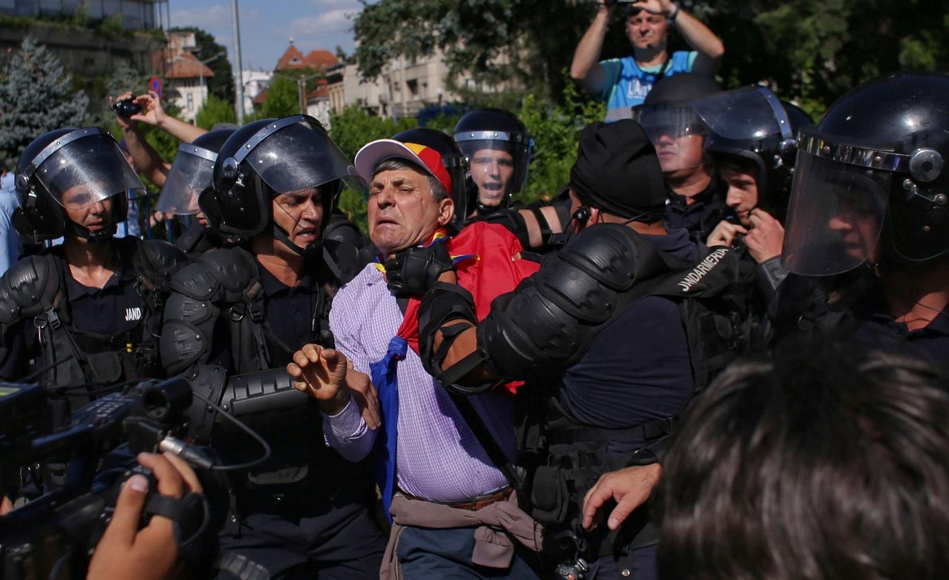 La violencia policial deja más de 400 manifestantes heridos en Bucarest