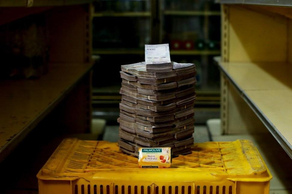 Una barra de jabón, que se vende en el equivalente de 0.53 dólares estadounidenses, requiere 3,500 de esos billetes.