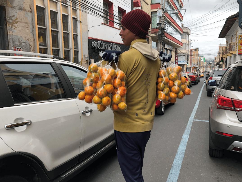 Venezolano vendiendo fruta en Ecuador. (EFE)