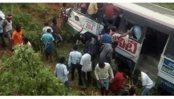 Accidente de autobús en India deja decenas de muertos