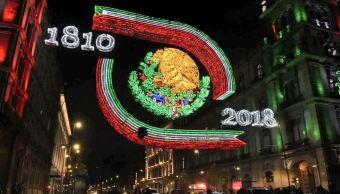 Extranjeros admiran el alumbrado por las Fiestas Patrias en el Zócalo, CDMX