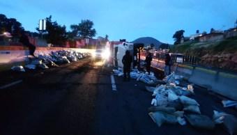 Volcadura de camión con tierra afecta a la autopista México Cuernavaca