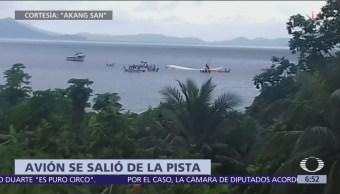 Avión se despista en isla de Micronesia y cae en laguna